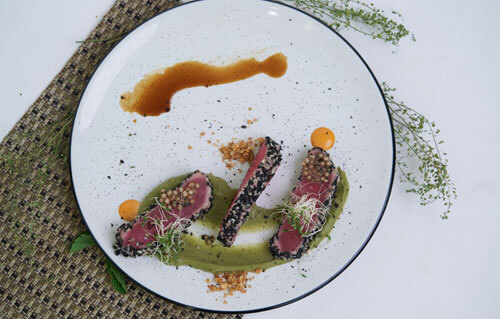 The Lawn Canggu - Tuna Tataki With Avocado And Grean Peas Ceylon Choco Mint Pure